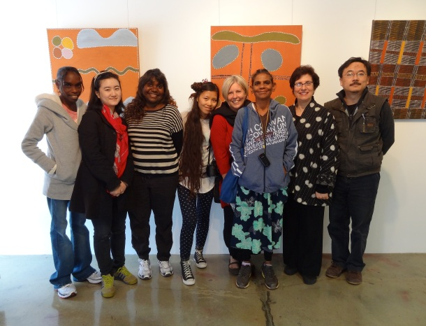 Ye Funa, Zhu Yu and Li Gang meet artists from Warringarri Arts (Kununurra) at Di Mossenson's Gallery in Perth