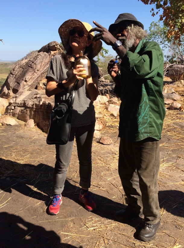 Local Ganbalanya man 'Tommy' explaining the rock art at Injaluk Hill to Fan Lin